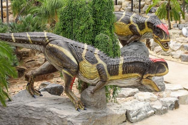 Die dinosaurier-statue ist wunderschön im tropischen botanischen garten von nong nooch
