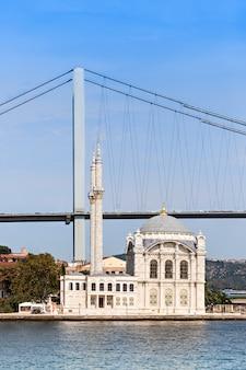 Die dolmabahçe-moschee befindet sich in istanbul, türkei. es wurde von königinmutter bezmi alem valide sultan in auftrag gegeben.