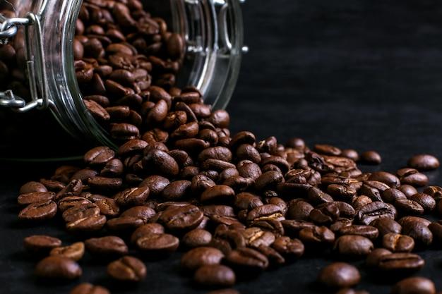 Die dose kaffee wird mit verstreuten bohnen auf den kopf gestellt