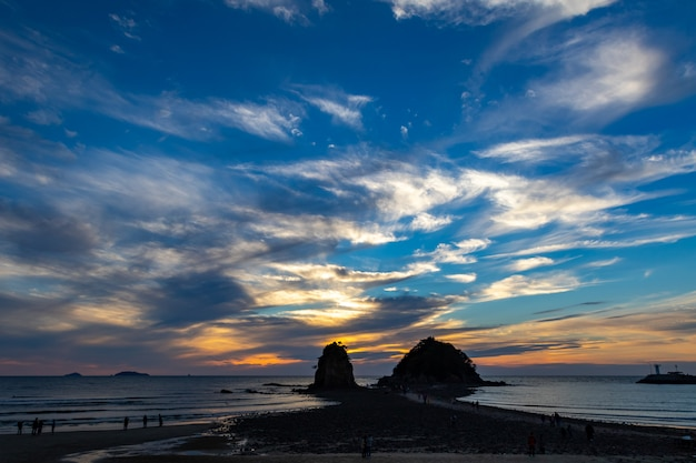 Die dramatische ansicht des himmels am kkotji-strand in korea