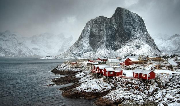 Die dramatische landschaft des norwegischen fjords