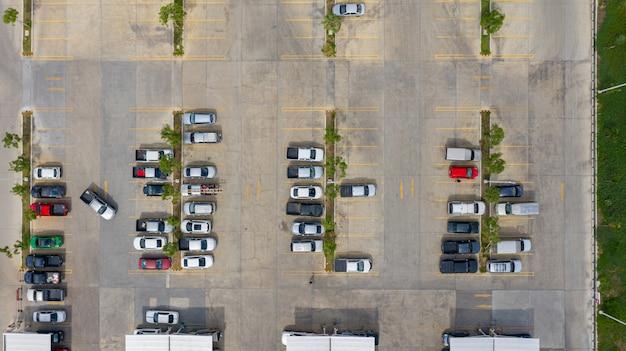 Die draufsicht auf den parkplatz mit den drohnen genommen
