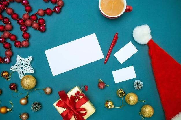 Die draufsicht der grußkartenmodellvorlage mit weihnachtsdekorationen