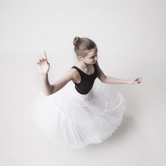 Die draufsicht der jugendlich ballerina auf weiß