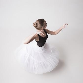 Die draufsicht der jugendlichen ballerina auf weißem studiohintergrund