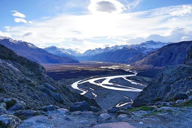 Die draufsicht des getrockneten landes mit kurvendem fluss bei patagonia.