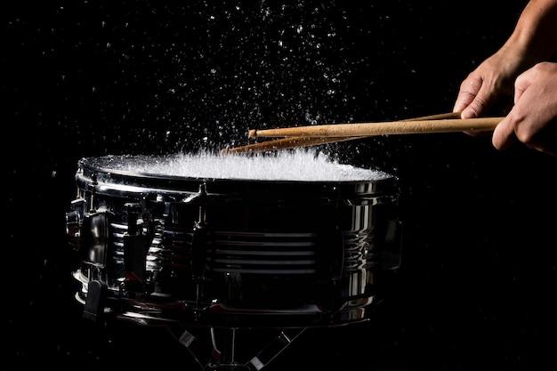 Die drumsticks schlagen