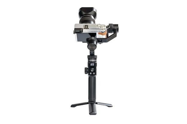 Die dslr-kamera ist für eine reibungslose videoaufnahme auf einem 3-achsen-motorstabilisator montiert