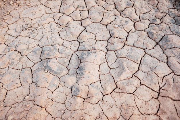 Die dürre im mittelmeerraum trocknet den hintergrund der flussbetten.