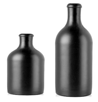 Die dunklen flaschen mit alkoholischem getränk isoliert