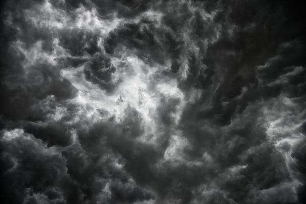 Die dunklen wolken auf himmel vor starkem regen stürmen.