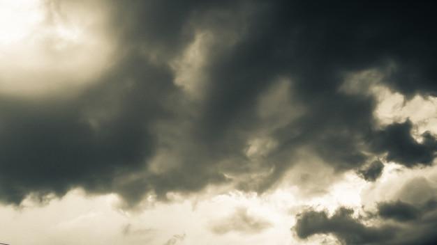 Die dunklen wolken. der himmel in schwarz. muster der wolken von tornado, hurrikan oder gewitter. manchmal schwere wolken aber kein regen