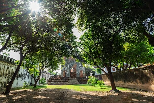 Die dusit sawan thanya maha prasat thronhalle im könig narai palast ist eine der wichtigsten touristenattraktionen von lopburi. dieser ort hat viele mythen und geschichten, die weniger als 100 jahre alt sind