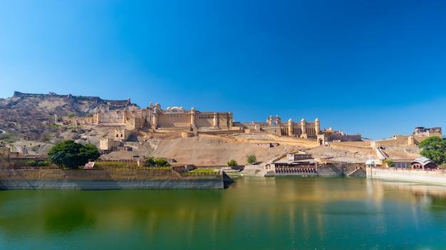 Die eindrucksvolle landschaft und das stadtbild bei amber fort, berühmtes reiseziel in jaipur, rajasthan, indien.