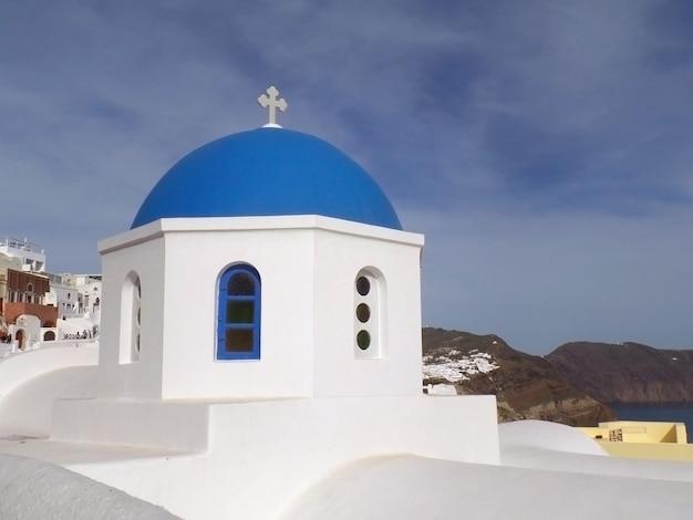 Die einzigartigen reinen weißen und leuchtend blauen griechischen inseln