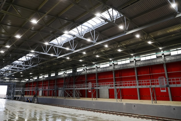 Die eisenbahn, die zu einem riesigen hangar für die lagerung von produkten im unternehmen führt