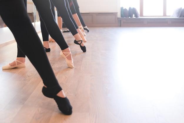 Die eleganten beine von balletttänzern stehen in einer reihe auf den zehen