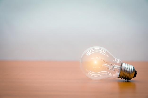 Die elektrische glühbirne leuchtet auf.