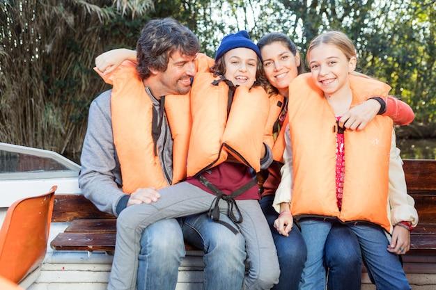Die eltern genießen mit ihren kindern auf dem boot