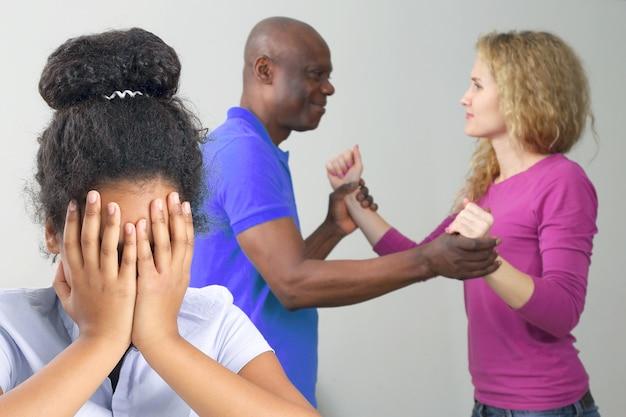 Die eltern in der familie streiten aus der beziehung mit der teenager-tochter. das problem, verwandte zu verstehen