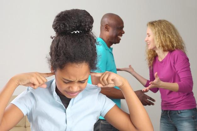 Die eltern lachen bei der klärung von konfliktsituationen mit meiner tochter. probleme in familiären beziehungen und negative emotionen