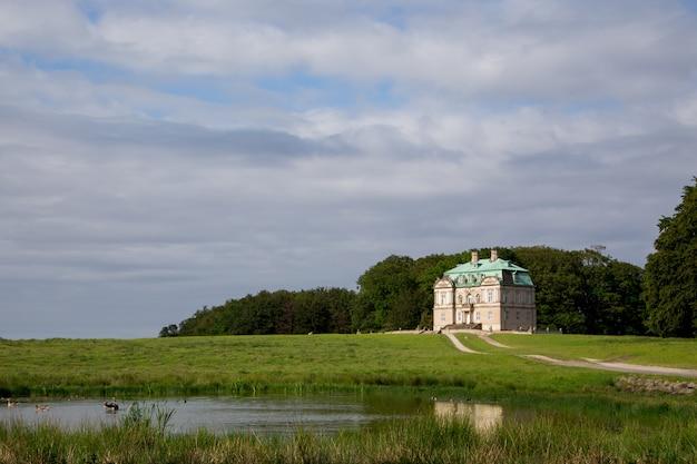 Die eremitage, ein königliches jagdschloss in klampenborg in dänemark. dyrehaven ist ein waldpark nördlich von kopenhagen