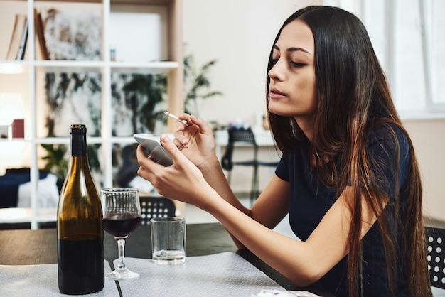 Die erholung beginnt ab dem dunkelsten moment der jungen frau, die alkoholische raucher soziale probleme konzept sitzt
