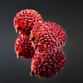 Die exotische reife frucht litschi wird reflektiert