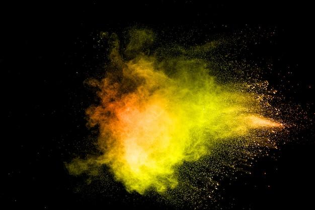 Die explosion des bunten pigmentpuders. vibrierende farbstaubpartikel