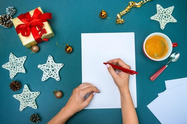 Die famale hände mit weihnachtsdekorationen.