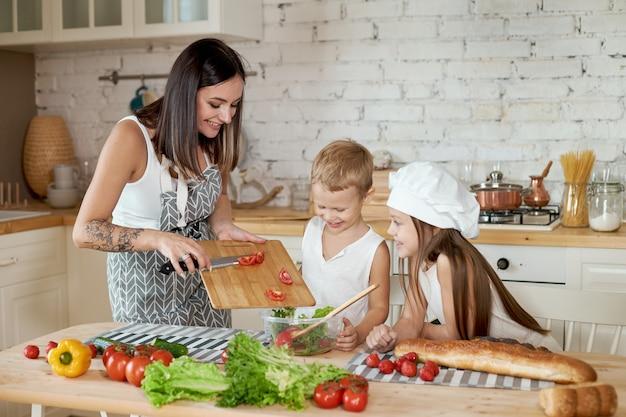 Die familie bereitet das mittagessen in der küche vor