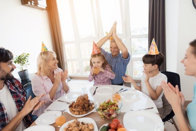 Die familie feiert den geburtstag des kleinen mädchens.