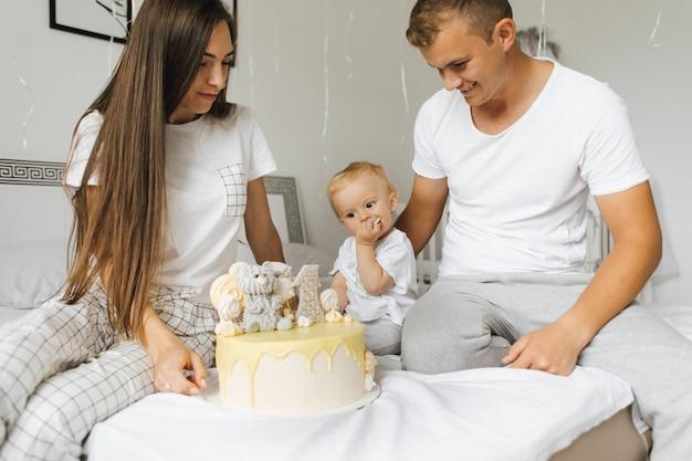 Die familie feiert den geburtstag