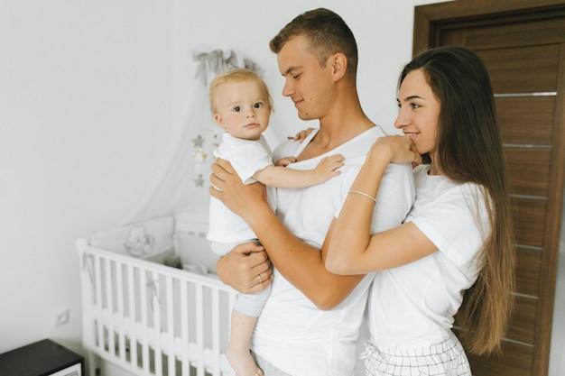 Die familie genießt es, zusammen in ihrem haus zu bleiben