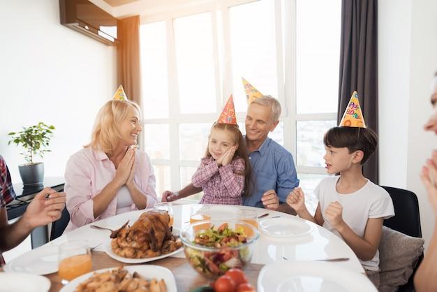 Die familie gratuliert dem kleinen mädchen zum geburtstag.