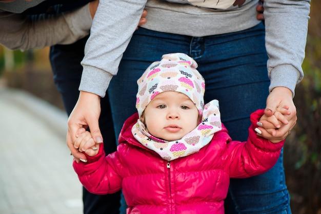 Die familie im park. glückliche eltern mit kindern gehen