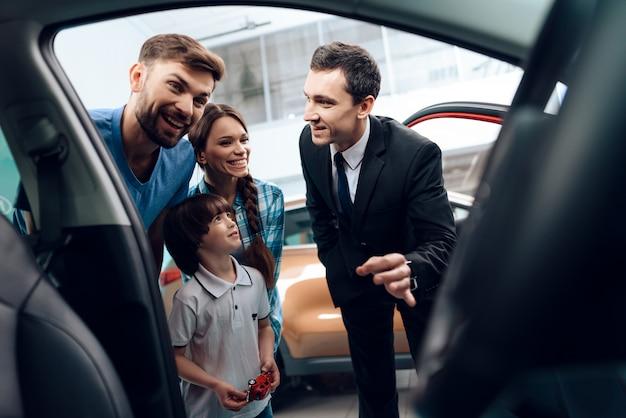 Die familie ist sehr glücklich, weil sie ein auto kaufen.