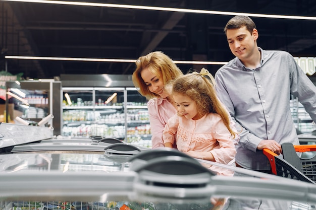Die familie kauft lebensmittel im supermarkt