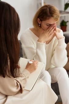 Die familie löst probleme beim psychotherapeuten