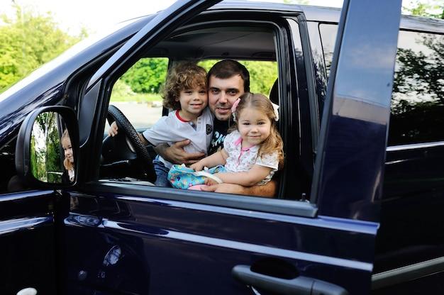 Die familie macht einen ausflug mit dem minivan
