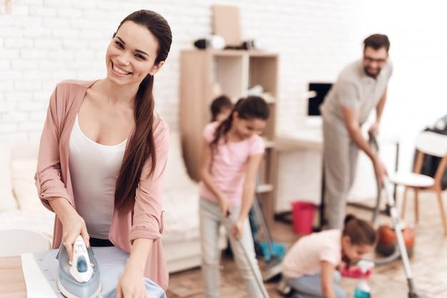 Die familie macht zu hause hausaufgaben.