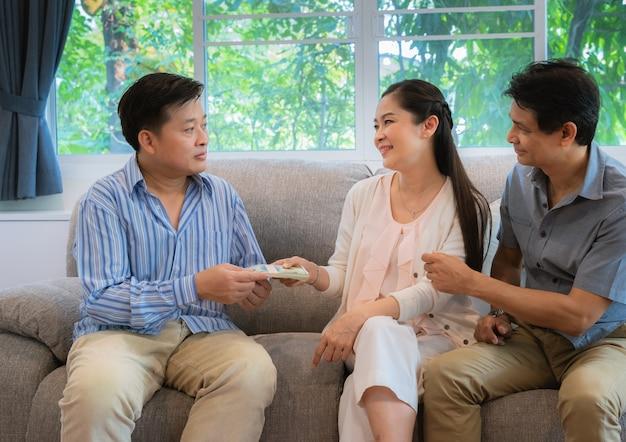 Die familie von freunden gab geld, um seinen freunden in wirtschaftlichen schwierigkeiten zu helfen.