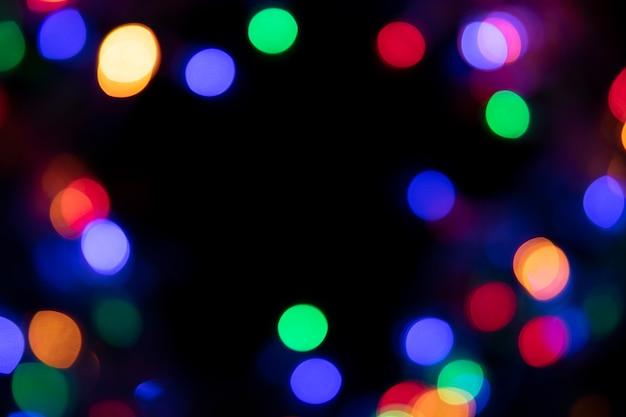 Die farben der lichter blinken blau, grün, lila und orange in form von bokeh.