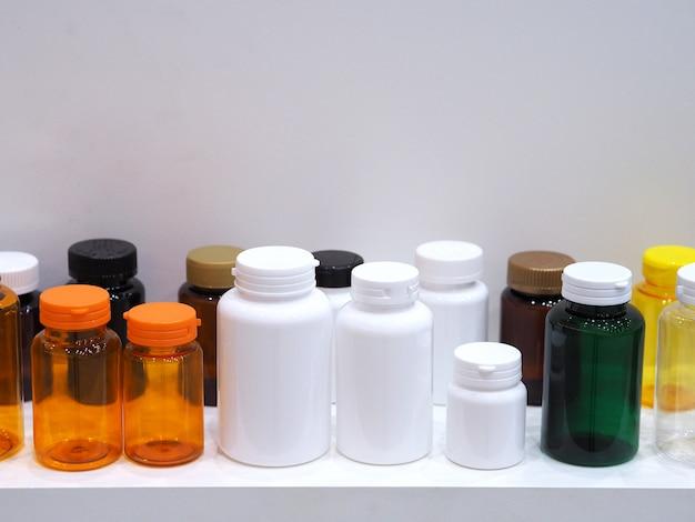 Die farben und muster der in der industrie verwendeten plastikflaschen.