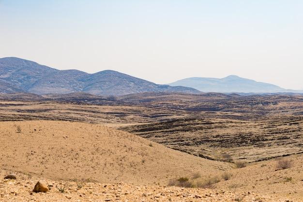 Die farbenfrohe namib wüste, roadtrip im wunderschönen namib naukluft national park, reiseziel und highlight in namibia, afrika.
