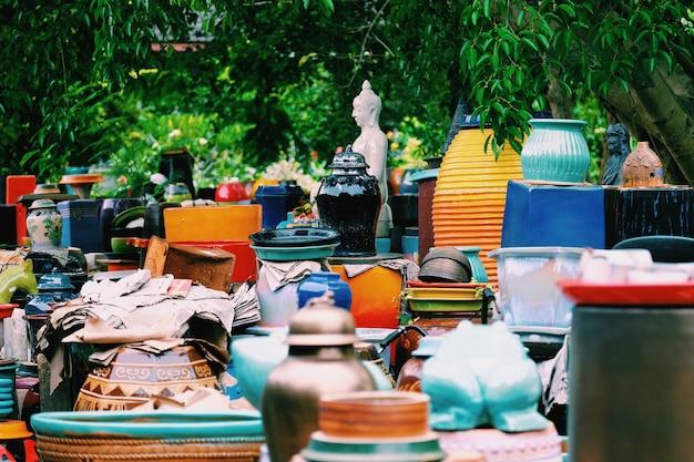 Die farbenfrohen handgefertigten keramikvasen