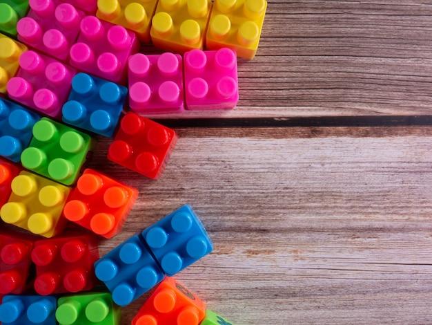 Die farbspielzeugsteine auf holztisch für hintergrund- oder bildungskonzept