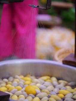 Die faserseide resultierend aus kochendem kokon in einem topf