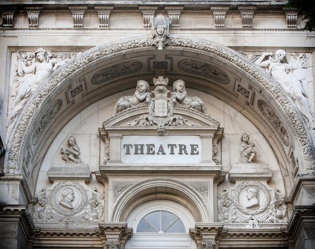 Die fassade des theaters in avignon, frankreich