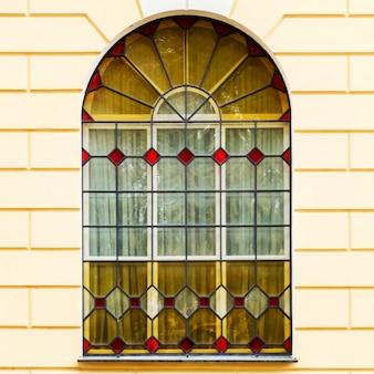 Die fassade eines alten gebäudes mit buntglasfenstern